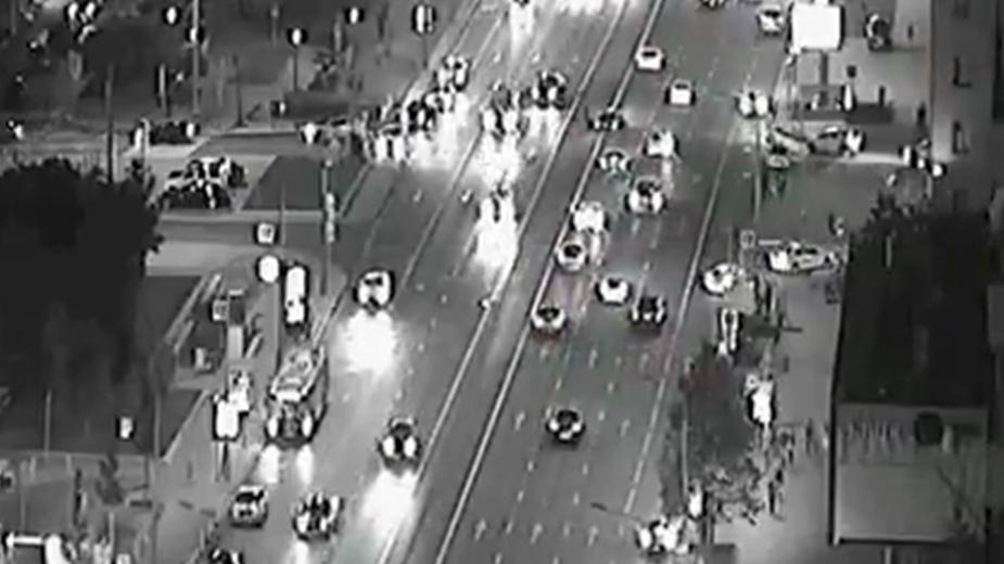 Появилось видео ДТП со сбившей полицейского машиной с номером АМР