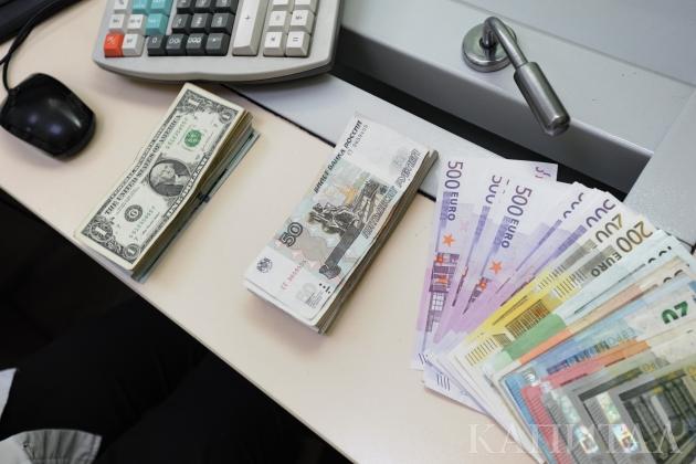Надневных торгах доллар незначительно подрос