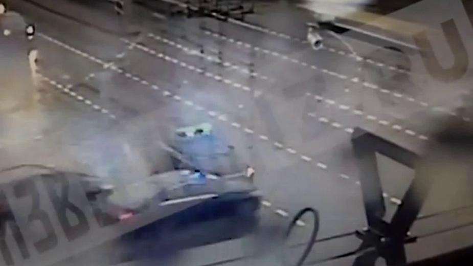 В центре Москвы два автомобиля врезались в машину с мигалками