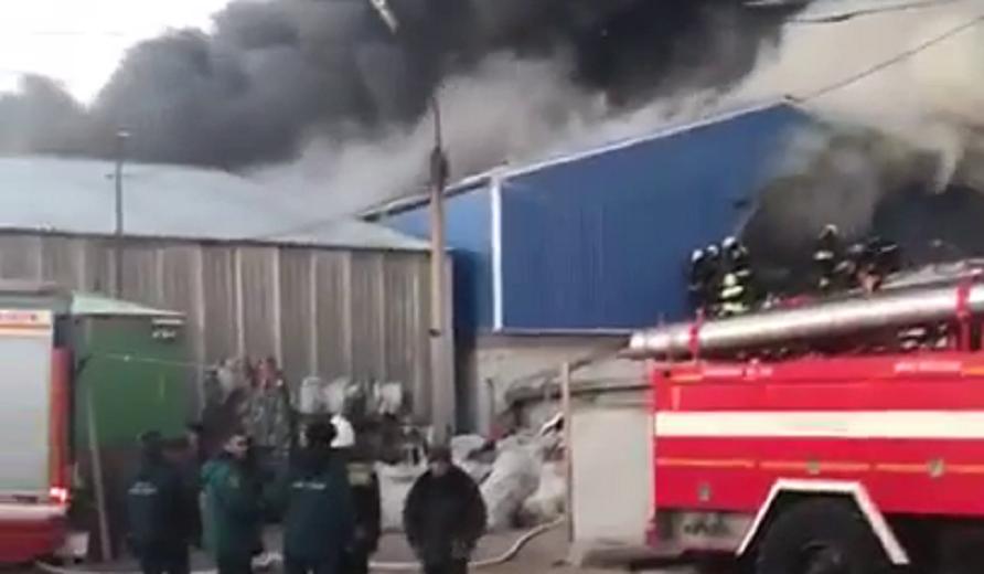 В Волгограде загорелся склад лакокрасочных материалов