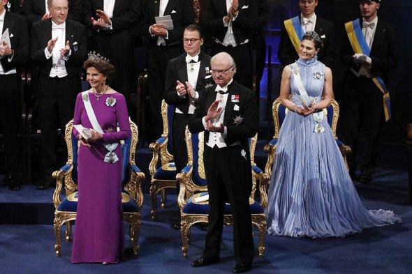 Нобелевские лауреаты получили награды из рук короля. Фоторепортаж