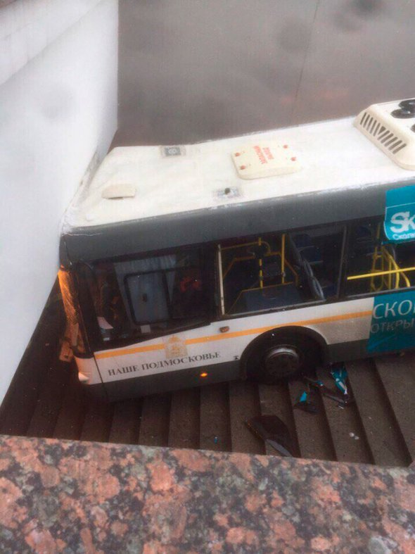 Автобус в Москве въехал в подземный переход