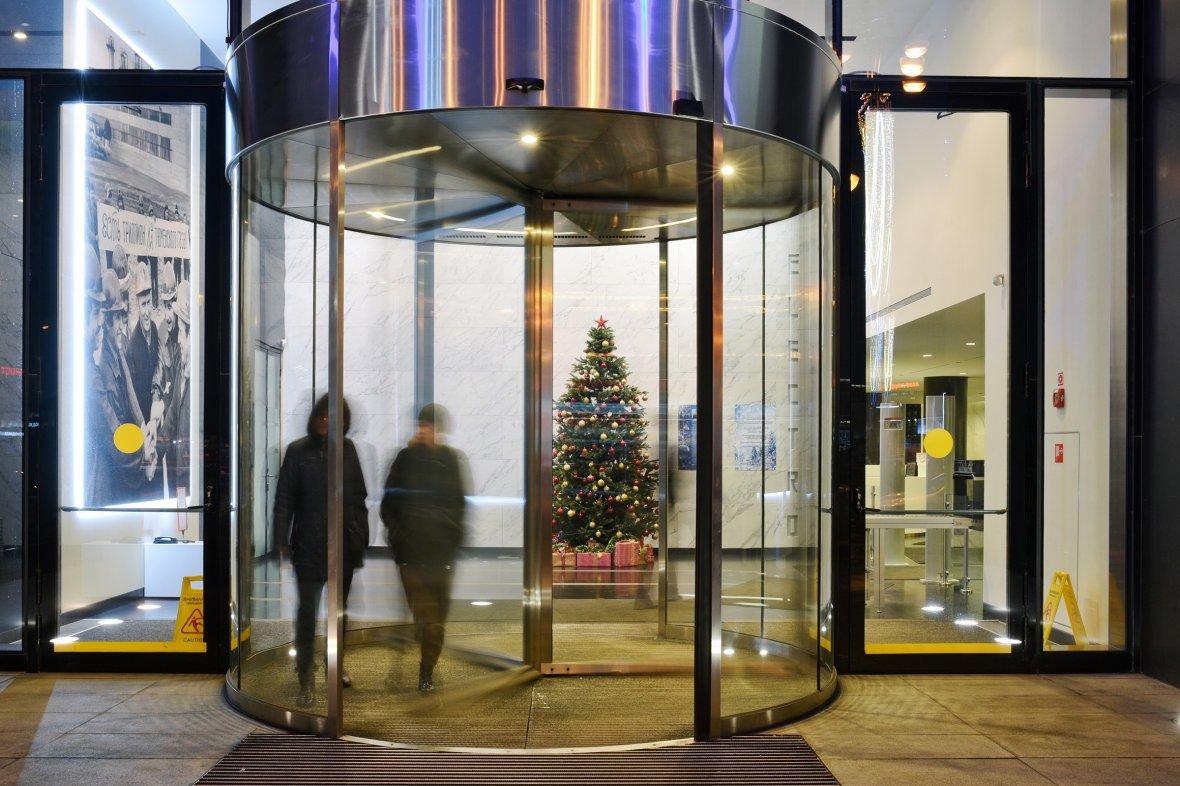 Корпоративные елки: как компании украшают офисы к Новому году