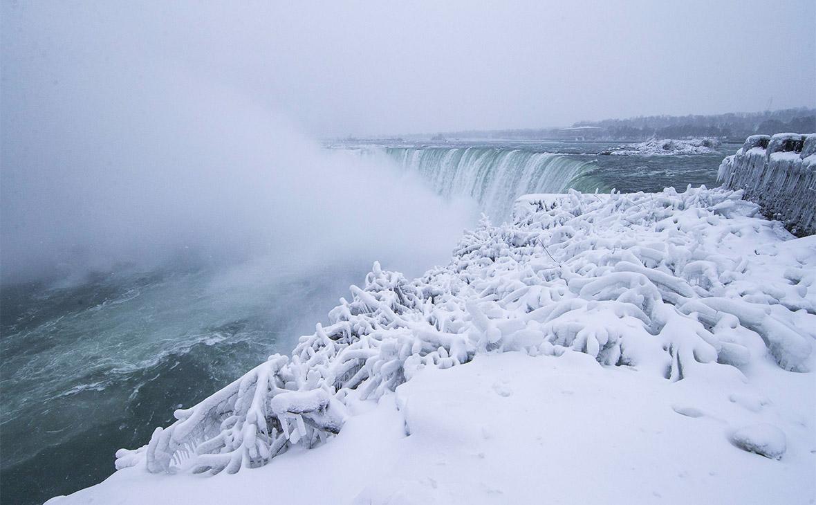 В США из-за холодов частично замерз Ниагарский водопад